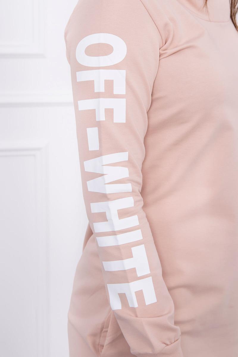 Obleka z belim napisom na rokavih