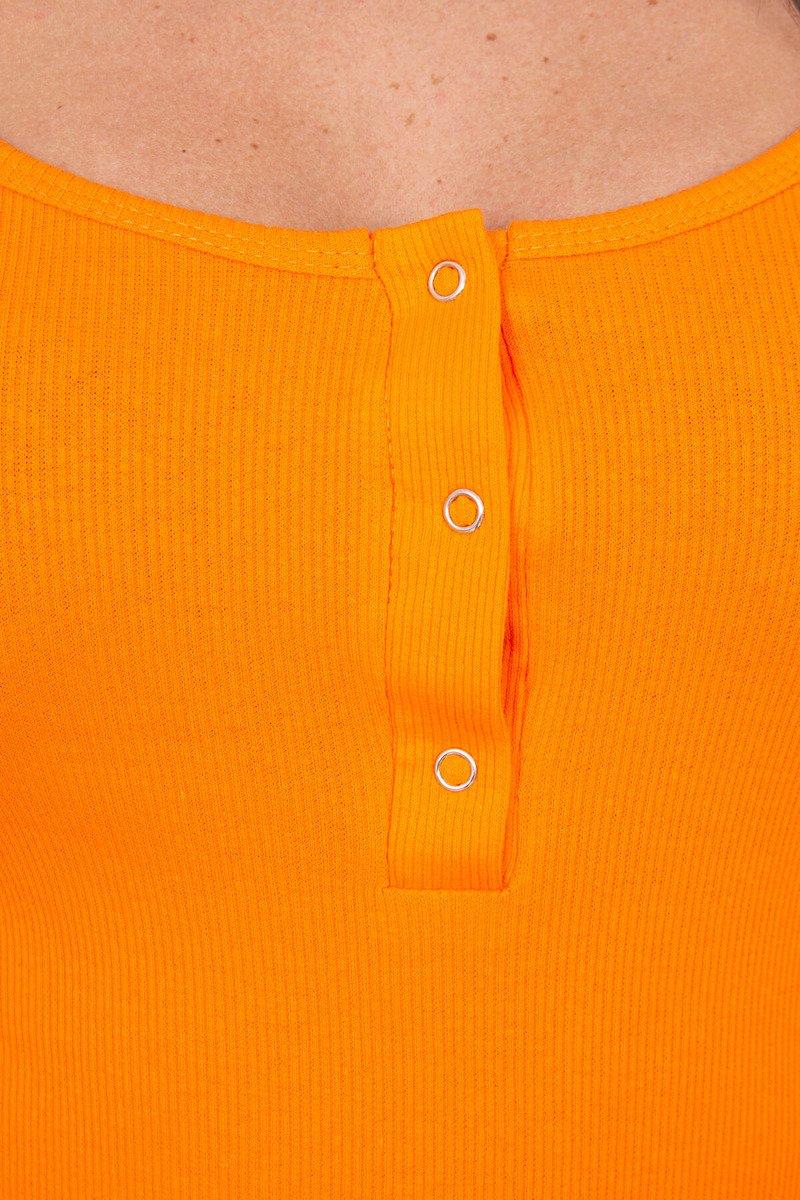 Obleka z gumbi na dekolteju